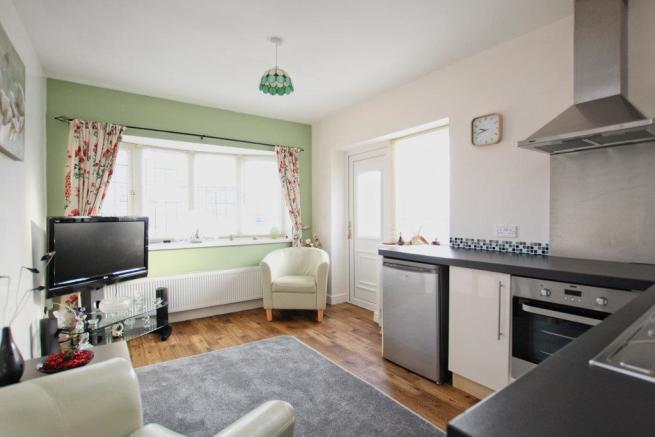 COMBINED KITCHEN/SITTING ROOM