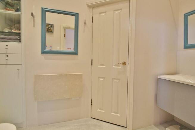 Bed 1 - En-suite WC.JPG
