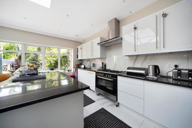 Contemporary style fitted kitchen