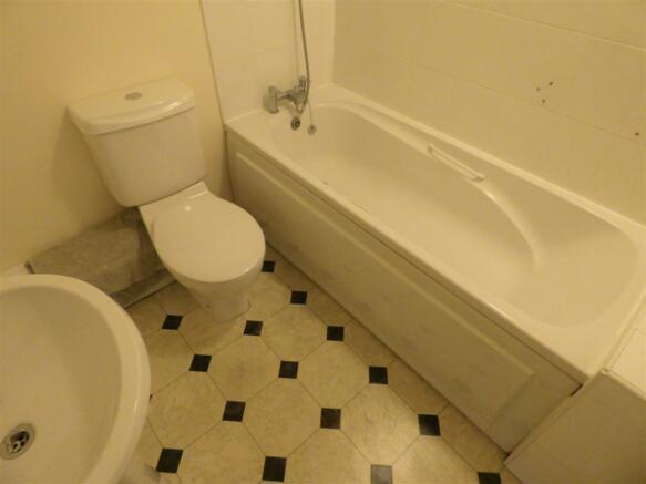 Creswell Place Bathroom (2).JPG