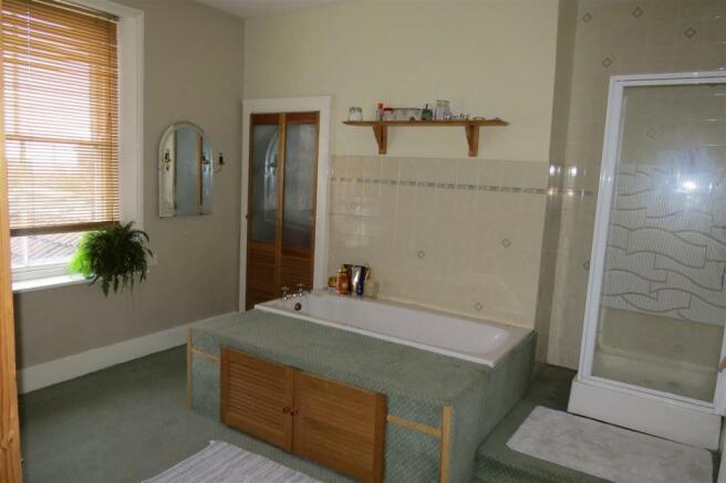 SPACIOUS COMBINED BATHROOM