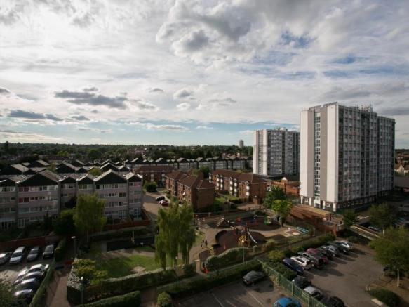 83bb89a3ca6 2 bedroom flat to rent in Lambourne Court Navestock Crescent ...