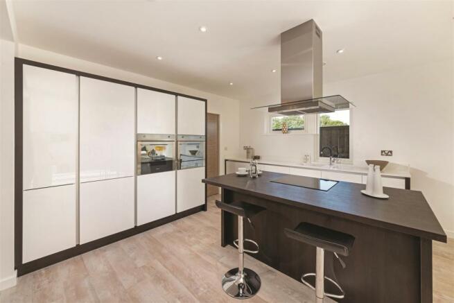 Kitchen (2) ClarenceSandringham.jpg