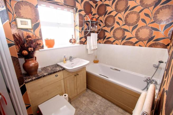FAMILY BATHROOM/W.C.