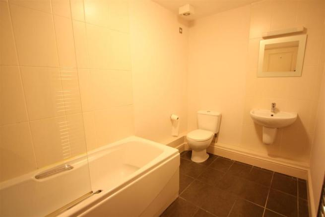 16 Longshore Apartments En Suite Bathroom