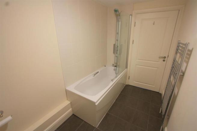 7 Longshore Apartments En Suite Bathroom