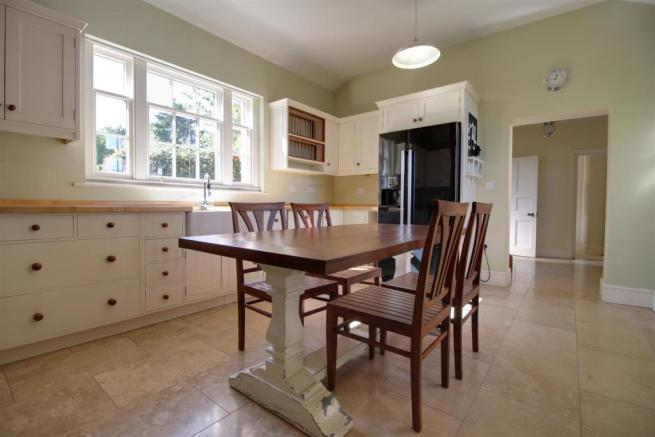 Russell Place 5 - Kitchen 4.jpg