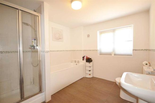 EN SUITE BATHROOM: