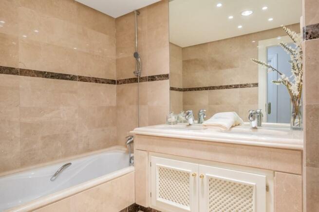 Bathroom 1 (Large)