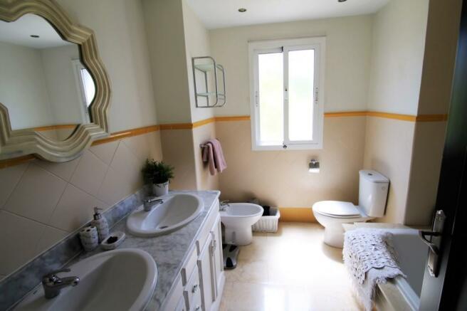 Guest bathroom  (2)
