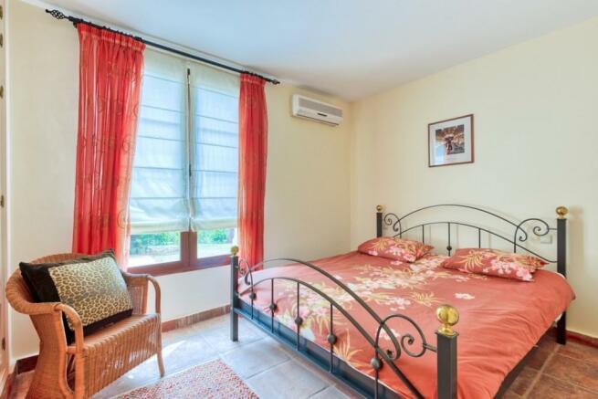 Guest bedroom  (1)