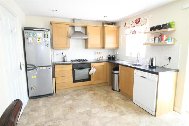 Kitchen/Dining Room: L-Shaped