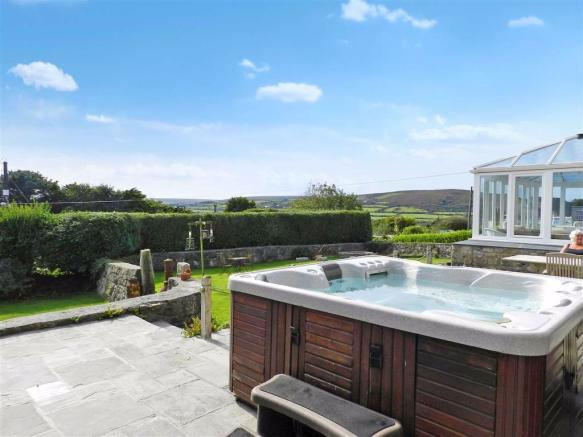 HOT TUB WITH VIEWS ACROSS THE COUNTRYSIDE