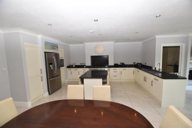LUXURY FITTED KITCHEN/FAMILY ROOM
