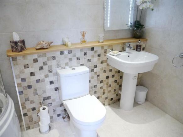 carriage bathroom.JPG