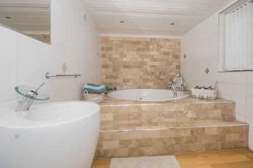 Bathroom (Jacuzzi Ba