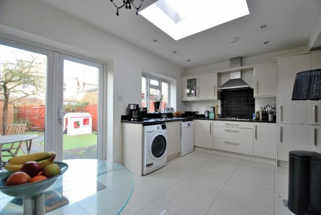 Stylish Fitted Kitchen/B'fast Room