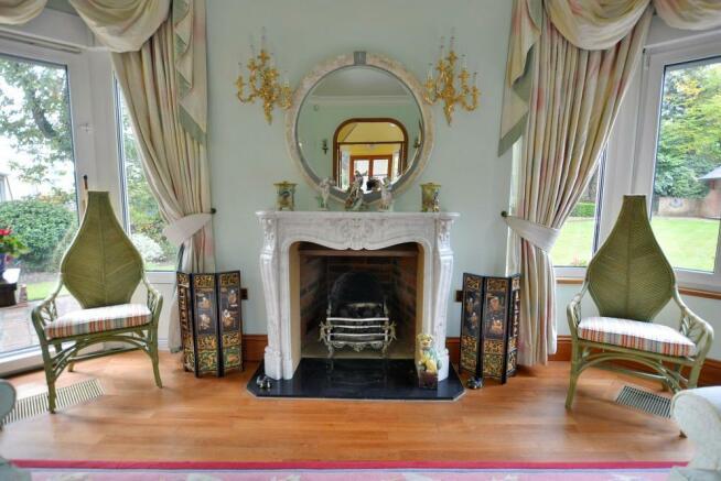 Dual-aspect fireplace