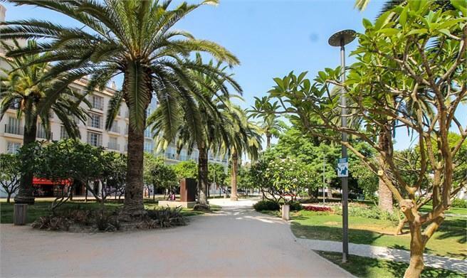Parken intill Plaza Marina