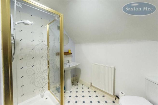 SPACIOUS SHOWER ROOM