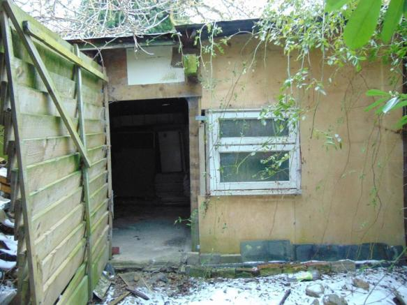 SHED WITH ACCESS TO REAR GARDEN