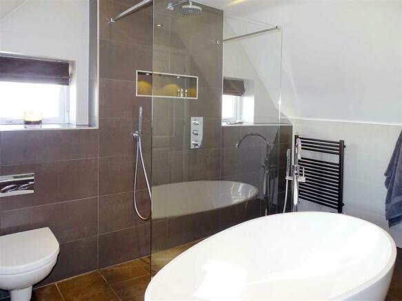 STUNNING FOUR PIECE EN SUITE BATHROOM