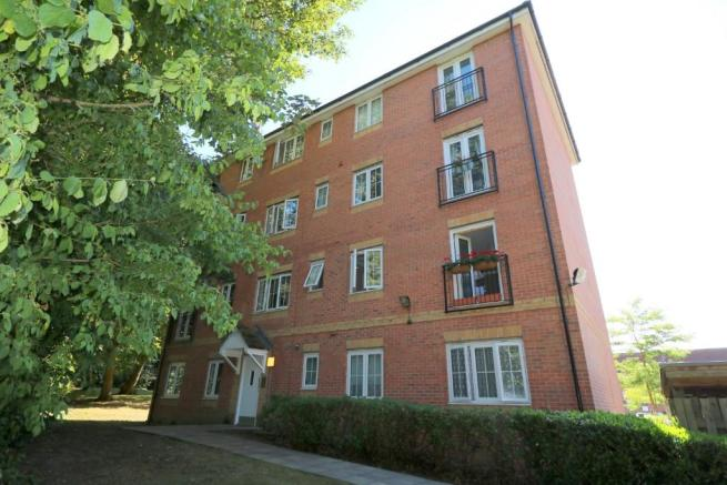 abe2d528f46e 2 bedroom flat for sale. Bromley Close ...