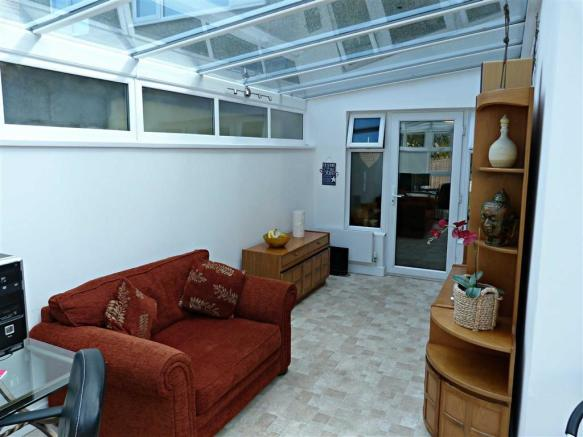 L-shape summer room/utility space