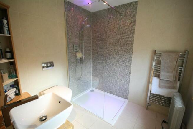 EN SUITE SHOWER ROOM/WC
