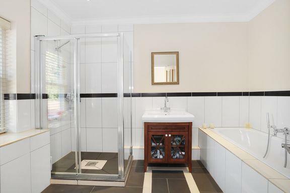 ClaremontView.Bathroomone2015.jpg