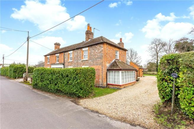 6 bedroom detached house for sale in Woolton Hill, Newbury