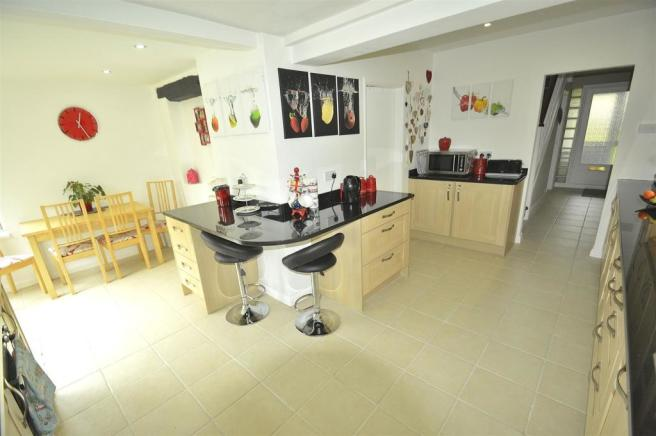'L' Shaped Dining Kitchen