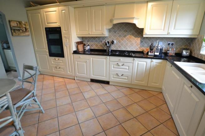 FITTED BREAKFAST KITCHEN