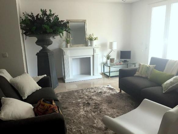 LOVELY LOUNGE