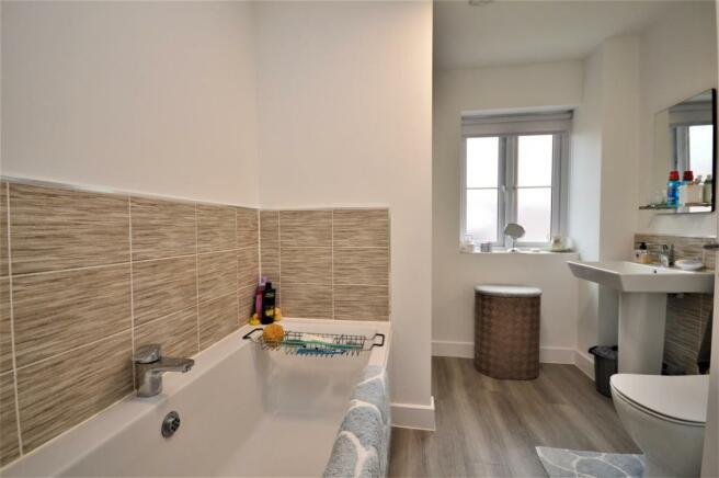 15 Bathroom St Petersfield.JPG