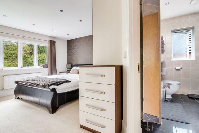 Bedroom to en-...