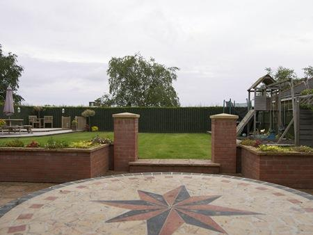 GENEROUS LAWNED GARDEN TO FRONT