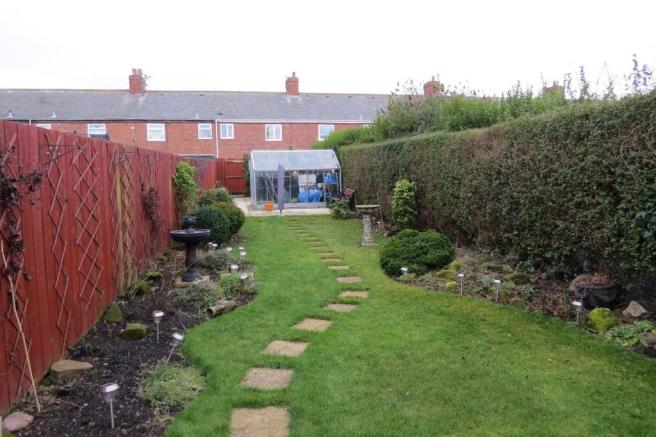 LARGE WELL MAINTAINED GARDEN