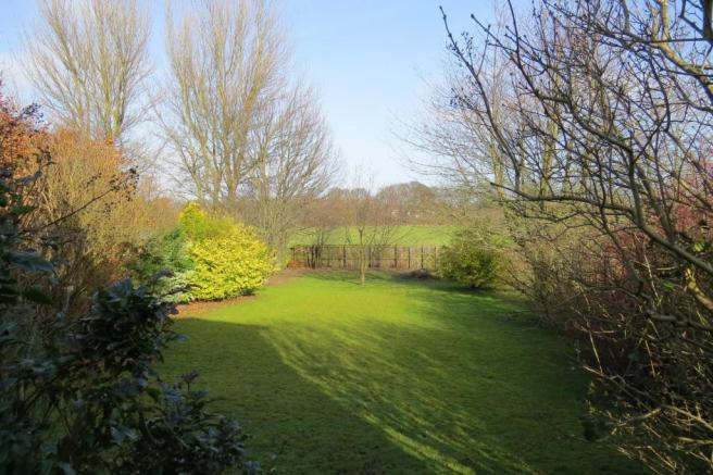 LARGE GARDEN TO REAR
