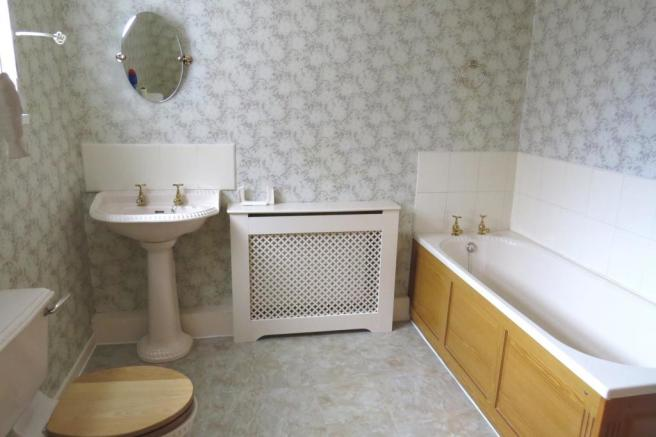 SPACIOUS COMBINED BATHROOM/W.C,