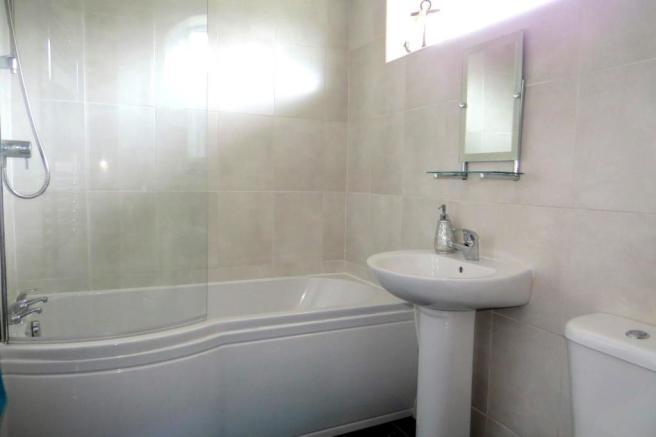 LUXURIOUSLY UPGRADED COMBINED BATHROOM