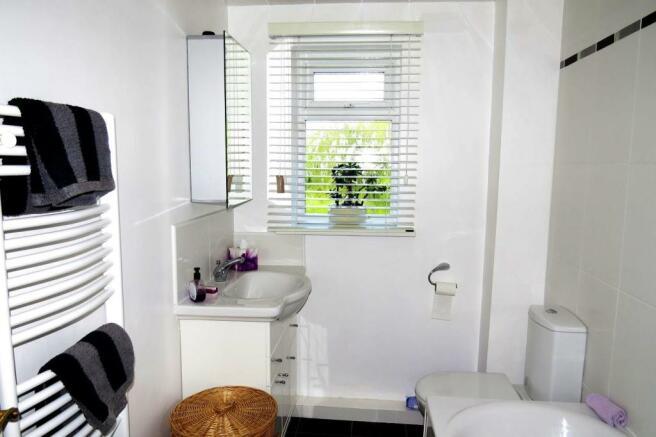 UPGRADED COMBINED BATHROOM / WC