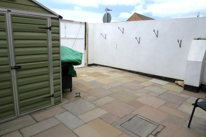 ENCLOSED PATIO COURTYARD TO REAR