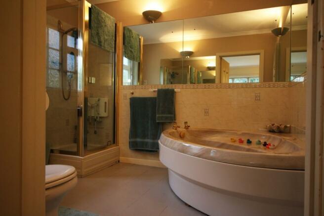 Master Bathroom En-S