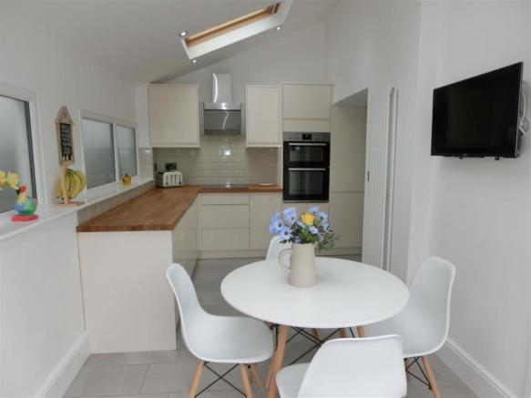 EXTENDED & REFITTED KITCHEN DINER