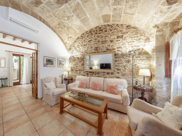 Acogedor salón con paredes revestidas de piedra, Alcudia, Mallorca