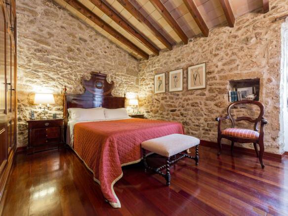 Amplio dormitorio principal con altos techos y suelo de parquet, Alcudia, Mallorca