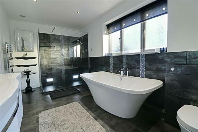AMAZING FAMILY BATHROOM/WC