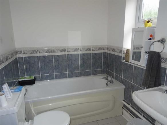 En-suite bathroom (side)