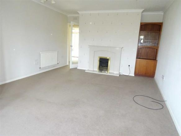 Lounge/dining room (front)